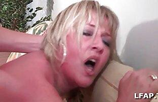 یک مرد بالا می شود پس از یک, انجام شده توسط یک مادر در جوراب ساق بلند حال کردن سکسی سفید در کف اتاق خواب