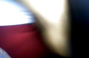 دختر با شلوار جین کاهش تاب سکسوکردن الاغ دور در یک شورت لا کونی در مقابل یک وب کم