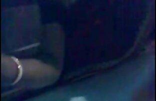 جوجه فرفری خودش را در کس مامان کردن الاغ در بالکن پس از یک ضربه عمیق داد