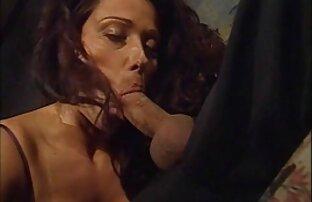 دختر با نوک سینه سوراخ شده خوشحال مرد با یک کار خوب سکس عوض کردن همسر