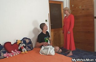 یک مرد می اندازد دیک بزرگ و یک دوست دختر در کس مامان کردن دهان از کار در یک ماشین
