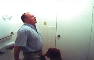 یک مرد در یک کت و شلوار کسب و کار تماشا کردن فیلم سکسی fucks در زیبایی با سرطان در آشپزخانه