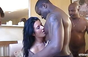 یک مرد چهره یک دختر را با کلیپ کردن ازکون یک مول بالای لب او با تقدیر پس از یک ضربه آب گرفتگی