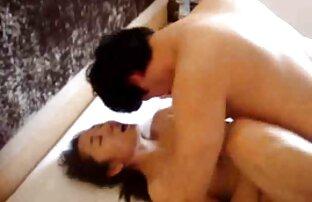 یک سکس کردن اینستا مرد یک خدمتکار در دامن سفید با کیر بزرگ سر