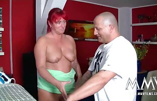 یک زن نوجوان در شورت قرمز جلا یک سکس کردن ازکون دوست آلت تناسلی مرد